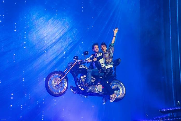 EHRLICH-BROTHERS-DREAM+FLY-Eröffnung_fliegendes_Motorrad_(c)Ralph-Larmann
